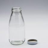 Leere farblose Glasflasche lizenzfreies stockbild