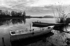 Leere Fischerboote auf einem See Stockbild