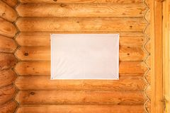 Leere Flagge des Stoffes die hölzerne Blockhauswand hängend hergestellt von cylindered Klotz Stockbild