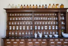 Leere Flaschen in der alten Weinleseapotheke lizenzfreie stockfotografie