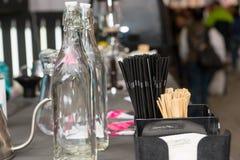 Leere Flaschen, Servietten und Strohe des Details stockfotografie