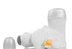 Leere Flaschen von desodorierenden Mitteln und von Orchideenblume lokalisiert auf Weiß Stockfoto
