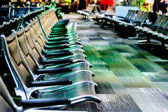 Leere Flughafensitzplätze - typische schwarze Stühle bei der Einstiegaufwartung Lizenzfreie Stockbilder