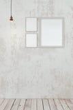 Leere Fotorahmen auf der Wand Stockfotos