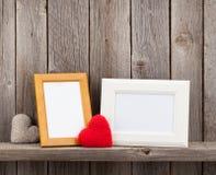 Leere Fotorahmen und Herzgeschenke Lizenzfreie Stockfotos