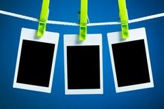 Leere Fotos auf blauem Hintergrund Lizenzfreie Stockfotografie