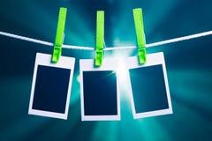 Leere Fotos auf Blaulichthintergrund Stockfoto