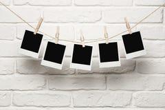 Leere Fotos, die an einer Wäscheleine hängen Lizenzfreies Stockfoto
