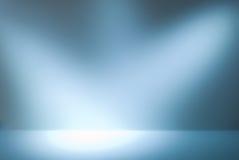 Leere Galeriewand mit Leuchten für Bilder und Anzeige Stockfotos