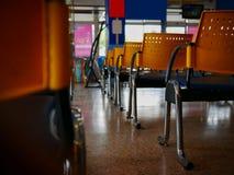 Leere gelbe Stühle im Busbahnhof Stockfoto