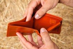 Leere Geldbörse in den Händen stockfotografie