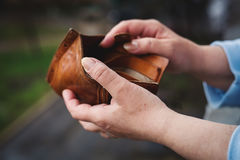 Leere Geldbörse in den Händen der Frau lizenzfreie stockfotos