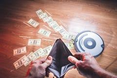 Leere Geldbörse in den Händen eines älteren Mannes Armut im Ruhestandskonzept lizenzfreie stockbilder