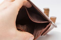 Leere Geldbörse lokalisiert und Stapel Münzen Stockbild