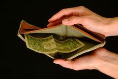 Leere Geldbörse mit einem Dollar auf schwarzem Hintergrund Stockfotos