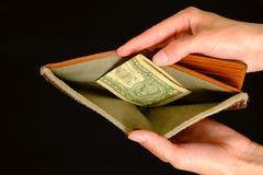 Leere Geldbörse mit einem Dollar auf schwarzem Hintergrund Lizenzfreie Stockfotos
