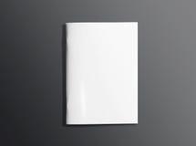 Leere geschlossene Broschüre auf dunklem Hintergrund Stockfotos