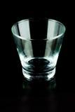Leere Gläser auf einem schwarzen Hintergrund Stockbilder