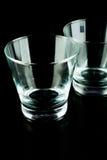 Leere Gläser auf einem schwarzen Hintergrund Lizenzfreie Stockfotografie