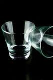 Leere Gläser auf einem schwarzen Hintergrund Stockfotos