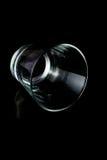 Leere Gläser auf einem schwarzen Hintergrund Lizenzfreies Stockfoto