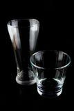 Leere Gläser auf einem schwarzen Hintergrund Stockbild