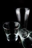 Leere Gläser auf einem schwarzen Hintergrund Stockfoto