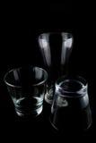Leere Gläser auf einem schwarzen Hintergrund Lizenzfreies Stockbild