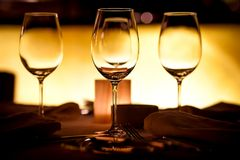 Leere Gläser in der Gaststätte Stockfotografie