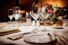 Leere Gläser in der Gaststätte Stockbild