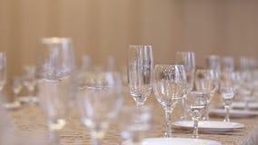 Leere Gläser für Champagner, Wein und Wodka stellten auf eine festliche Tabelle in einem Restaurant, Fokusverschiebung von Glaswa stock video
