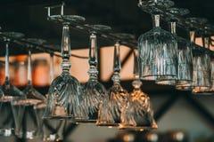 Leere Gläser für Wein über einer Bar beanspruchen in der Weinlese stark Stockfoto