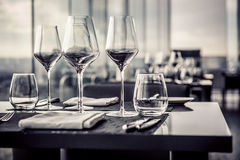 Leere Gläser im Restaurant Lizenzfreies Stockfoto