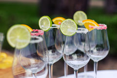 Leere Gläser mit Scheiben des Kalkes und der Zitrone, verzierter Zucker Lizenzfreies Stockbild