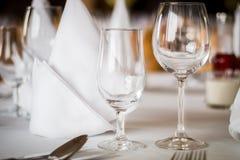 Leere Gläser stellten in Gaststätte ein stockfotografie