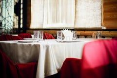 Leere Gläser stellten in Gaststätte ein Lizenzfreie Stockbilder