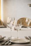 Leere Gläser und Platten stellten auf dem Tisch in Restaurant ein Lizenzfreie Stockfotos