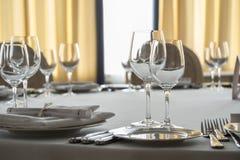 Leere Gläser und Platten stellten auf dem Tisch in Restaurant ein Lizenzfreie Stockbilder