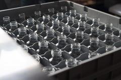 Leere Glasflaschen in den Reihen Stockfotos