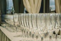 Leere Glasreihen auf dem Tisch im Restaurant Lizenzfreie Stockfotos