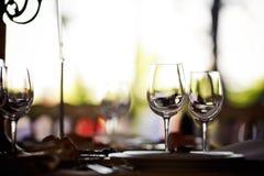 Leere Gläser eingestellt in Restaurant Stockfoto