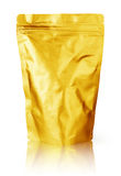 Leere goldene Folienlebensmittelaluminiumverpackung lokalisiert auf weißem Hintergrund mit Beschneidungspfad stockbilder