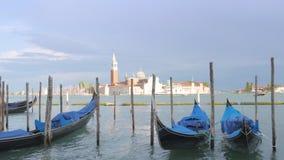 Leere Gondel in Venedig auf Wellen stock video footage