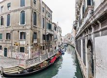 Leere Gondeln auf einem kleinen venetianischen Kanal stockfotografie