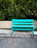Leere grüne Bank auf der Straße Stockfotos