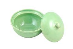 Leere grüne Schüssel mit Deckel Stockfoto