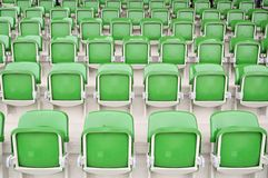 Leere grüne Sitze am Stadion Stockfotografie