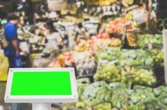 Leere Grünfläche des Modells in einem Supermarkt mit Kopienraum für te stockfotos