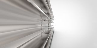 Leere graue graue Metallsilberchrom-Einzelhandelsladenregale auf einem einfachen Hintergrund Stockfotografie