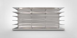 Leere graue graue Metallsilberchrom-Einzelhandelsladenregale auf einem einfachen Hintergrund Lizenzfreie Stockfotografie